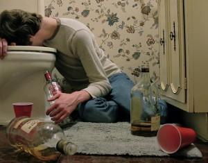 Важно осознать, что запой начинается не от того, что человек регулярно хочет выпить, а от того, что он просто не может спастись от ужасного синдрома похмелья другим способом. Это настоящая ломка, какая бывает у наркоманов