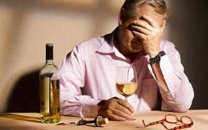 Алкоголизм в обязательно порядке сопровождается запоями, симптомы которых включают в себя головную боль, дрожь конечностей, тошноту и т.д.