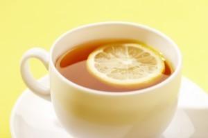 После промывания желудка можно начинать выход из запоя народными средствами. Использовать можно чай с лимоном , который быстро нейтрализует токсины после алкогольного опьянения