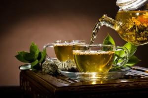 Когда запой длился несколько дней, поможет выйти из него большое количество жидкости. Желательно, чтобы это был травяной чай либо отвар с мочегонным эффектом