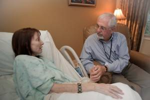 В обязанности специалиста входит правильный выбор компонентов для капельницы при запое, для чего ему приходится в первую очередь осмотреть пациента, выяснить наличие хронических заболеваний, после чего индивидуально подобрать дозы лекарственных препаратов