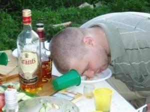 Некачественные спиртные напитки становятся основной причиной общей интоксикации организма, в результате которой алкоголик умирает в больших мучениях.
