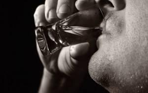 При небольших дозах алкоголь расширяет сосуды, делает их менее упругими, сопротивляющимися движениям крови, благодаря чему она, не встречая сопротивления тонуса стенок, движется быстрее