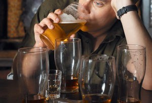 photolibrary_rm_photo_of_man_drinking_beer_at_bar