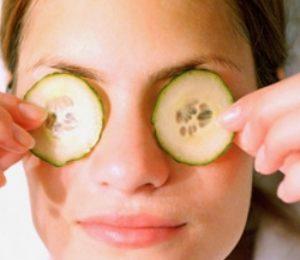 Снять отек на лице и удалить «мешки» под глазами поможет огуречная маска –  класть тонко нарезанные кольца огурца или натертую массу, завернутую в марлю