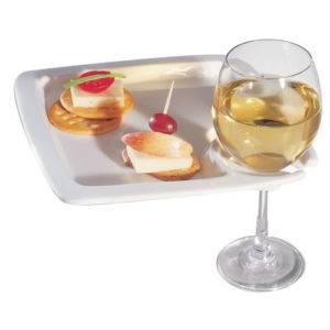 Бисквит, сыр и фрукты - отличное дополнение к белому вину