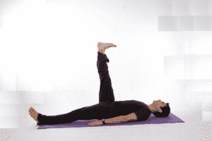 Лежа на спине поднимать и опускать ноги (это позволит прокачать нижний пресс)