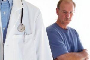 Если в кале обнаружены следы примесей крови, нужно посетить врача для определения ее причины