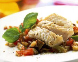 Треска с овощами готовится при температуре 180 градусов в течение получаса