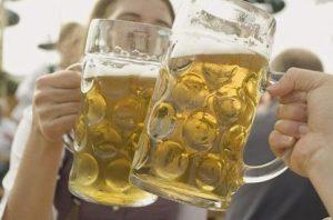 Головная боль может появиться после большого количества пива