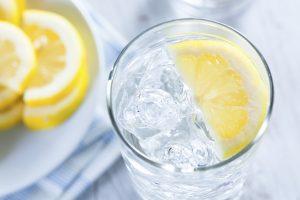 Вода с лимоном снижает отечность и стимулирует функционирование почек