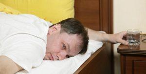 Похмельный синдром сопровождается головной болью и сухостью во рту
