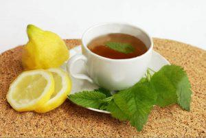 Можно приготовить травяной чай с лимоном