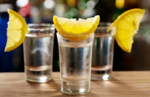 Если в рюмку с алкоголем добавить лимон, то можно предотвратить тяжелое похмелье