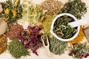 В качестве нетрадиционной медицины можно использовать отвары из трав